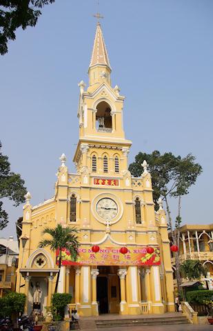 チャタム教会の建物は1900年の建造です。日本にもキリスト教を伝えたフランシスコ・ザビエルを称えて建造された建物だと聞いています。パステル調の教会建物は、